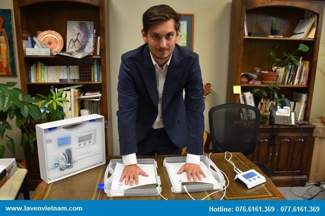 Mathieu Mireault - Giám đốc bán hàng của Dermadry đang hướng dẫn về hoạt động của thiết bị trị mồ hôi bằng điện di ion qua nước Dermadry.