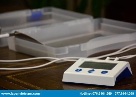 Khi hoạt động, máy trị mồ hôi Dermadry gửi tín hiệu điện đến hai tấm bản cực, thông qua dây dẫn.