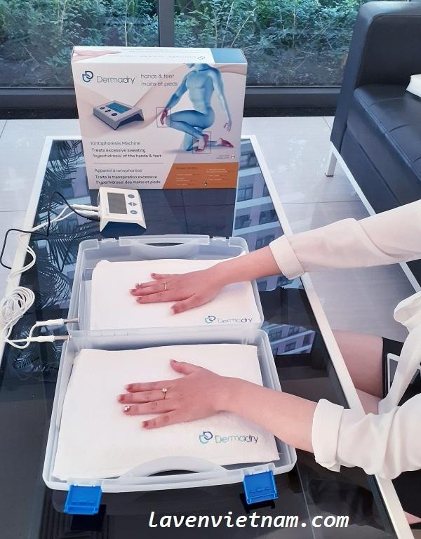 Chị Lan (Nhân viên văn phòng) lựa chọn phương pháp ngâm điện di ion để chữa trị ra mồ hôi