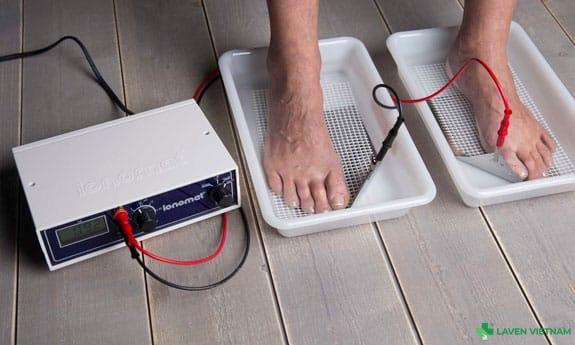Cách ngâm chân bằng Máy Ionomat chữa ra mồ hôi