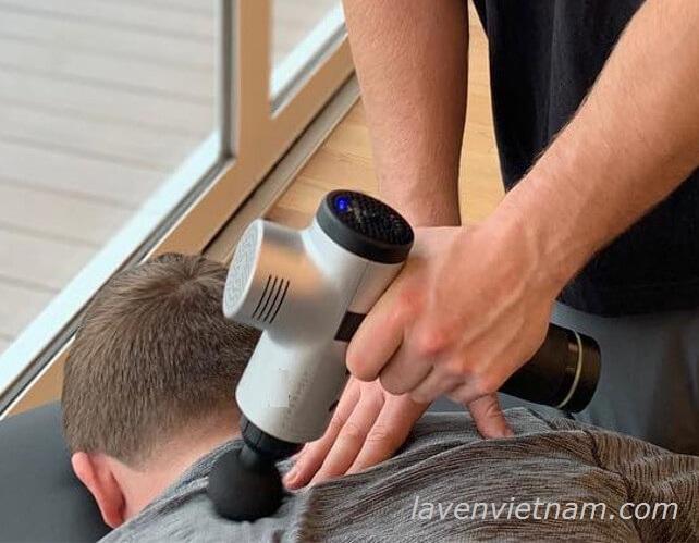 Súng massage thường được sử dụng cho các vận động viên trị liệu căng cơ, người lớn tuổi bị đau nhức mỏi cơ thể.