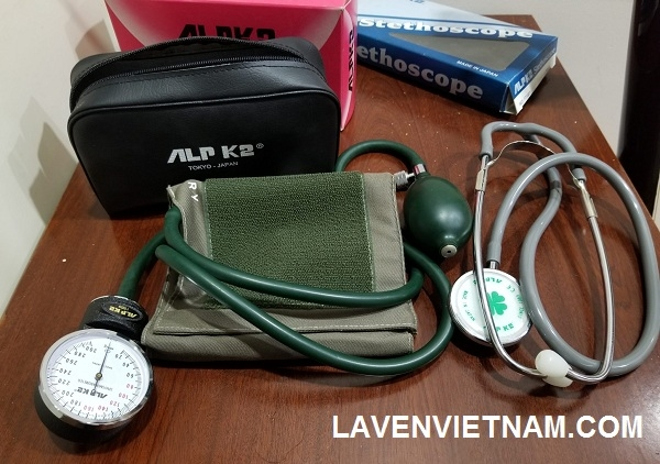 Mình đã cẩn thận chuẩn bị bộ đo huyết áp thủ công nhưng có lẽ cách này không hợp với mình