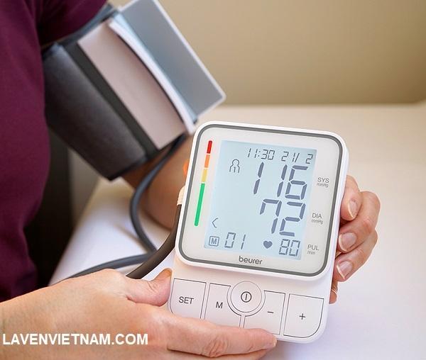 Máy đo huyết áp bắp tay Beurer BM51 có màn hình lớn chiếu sáng hiển thị số đo huyết áp của bạn cùng với ngày và giờ.