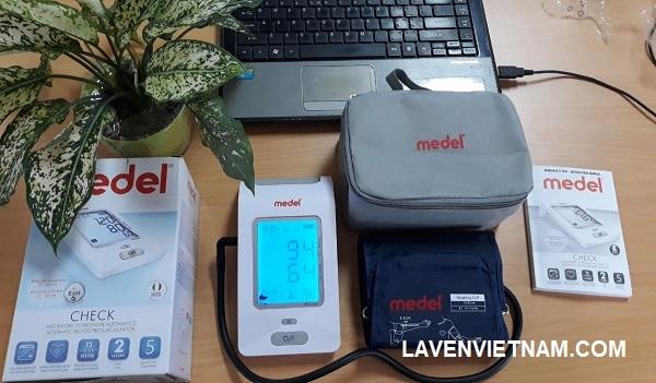 Máy đo huyết áp Medel Check được trang bị màn hình LCD lớn, dễ đọc với đèn nền màu xanh tạo sự thuận tiện cho mọi người sử dụng.