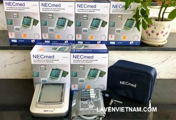 Máy đo huyết áp Necmed KD-5917 khởi động bằng pin và có khả năng kết nối bộ chuyển đổi.