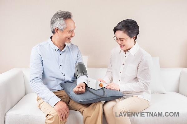 Thiết kế Máy đo huyết áp Yuwell 620B nhỏ gọn đơn giản, thao tác dễ dùng cho người lớn tuổi