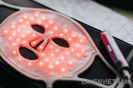 Ánh sáng đỏ kích thích sản xuất collagen cũng như làm dịu da và làm đều màu da.