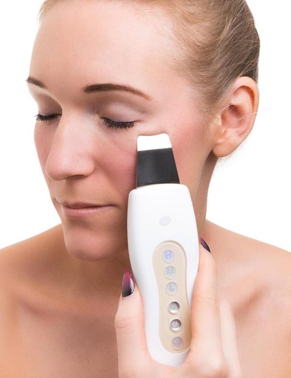 Liệu pháp Sonophoresis sử dụng sóng xung để làm tăng độ thẩm thấu của da, giúp hấp thụ huyết thanh hiệu quả.