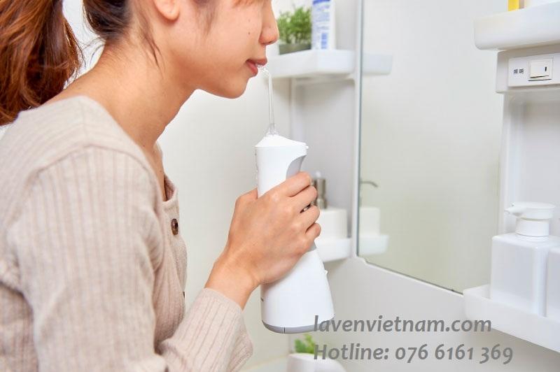 Sử dụng máy tăm nước được khuyên dùng thay thế cho chỉ tơ nha khoa giúp làm sạch răng miệng hoàn hảo