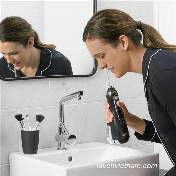 Thiết kế Máy tăm nước cầm tay Waterpik WP562 màu đen sang trọng và sạch sẽ