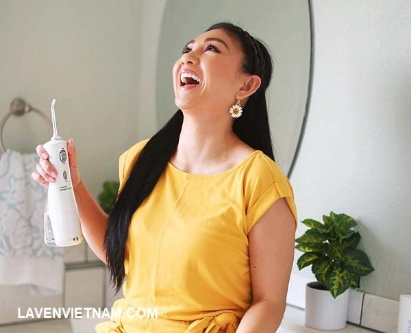 Bạn đã bao giờ hài lòng về việc dùng chỉ nha khoa chưa? Hãy thử dùng Máy tăm nước Waterpik đã được chứng minh lâm sàng và bạn có thể mỉm cười như thế này mỗi ngày.