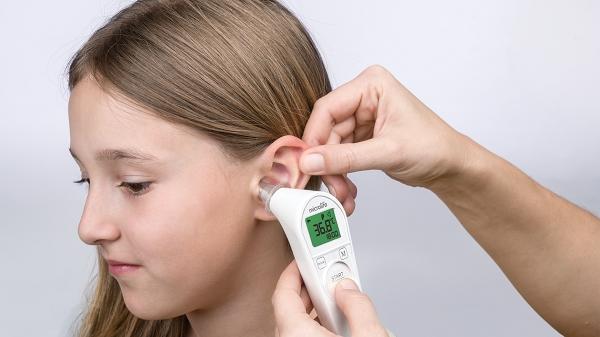 Dễ dàng kiểm tra nhiệt độ trẻ bằng Nhiệt kế hồng ngoại đo tai Microlife IR210