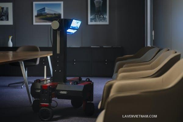 Robot phát tia UVC có thể được triển khai bên trong các tòa nhà qua đêm để giúp khử trùng bề mặt