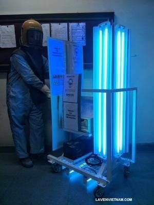 Một nhân viên y tế đi khử trùng bệnh viện bằng Hệ thống đèn chiếu tia cực tím