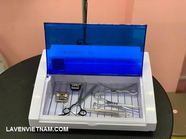 Khử trùng bằng tia UV các dụng cụ cắt tóc (Ảnh minh họa)
