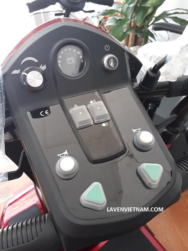 Phần đầu của Xe điện 4 bánh Power điều khiển dễ dàng với các nút bấm linh hoạt, thông minh