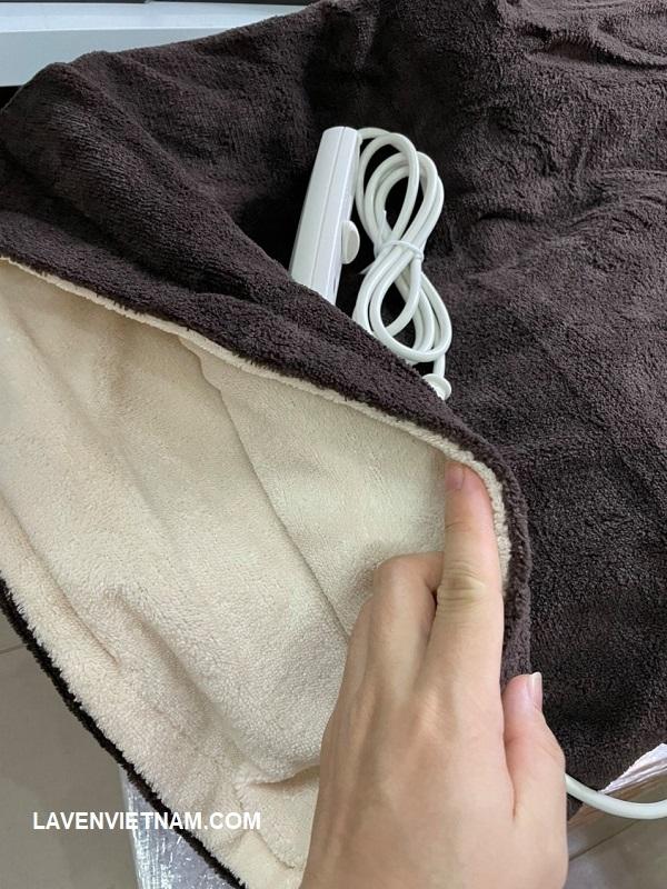 Hai lớp ngoài của chăn 3 lớp được làm từ lông cừu siêu nhỏ mịn.