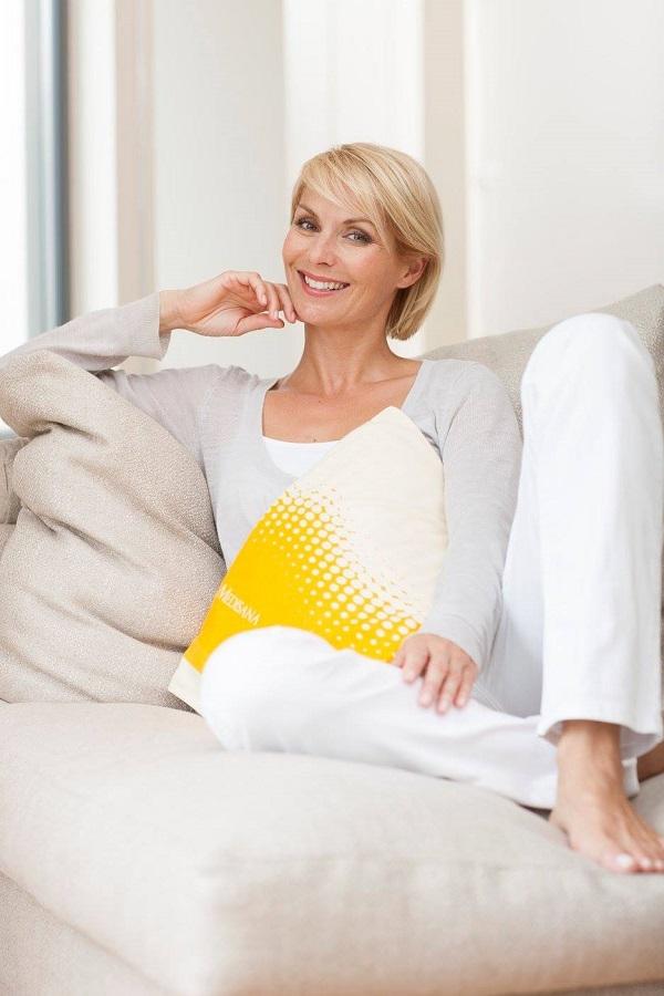 Chiếc gối này lý tưởng cho những buổi tối mùa đông lạnh giá trên chiếc ghế dài và bất cứ khi nào bạn cảm thấy cần một bầu không khí âu yếm.