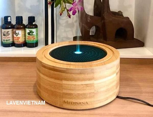 Nhờ công nghệ siêu âm hiện đại, Máy xông tinh dầu MEDISANA AD625 tạo ra một làn sương ẩm mịn, qua đó các mùi hương dễ chịu được phân phối đều và kín đáo trong phòng.