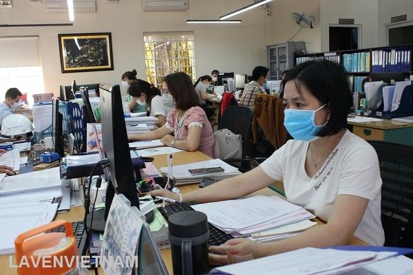 Doanh nghiệp đeo khẩu trang để phòng tránh lây nhiễm bệnh hô hấp