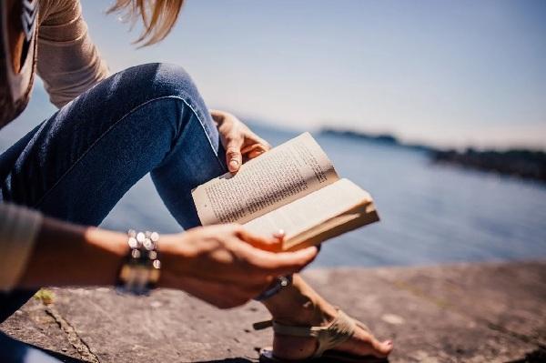 Hãy đọc sách và xem phim để giúp bạn giảm stress căng thẳng trong cuộc sống