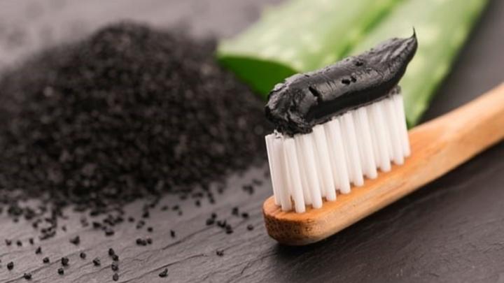 Sử dụng kem đánh răng than hoạt tính để làm trắng răng là thiếu căn cứ