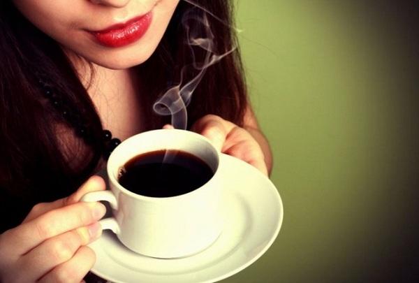 Caffeine cũng không được khuyến khích vì nó kích thích tuyến thượng thận của chúng ta và khiến lòng bàn tay, bàn chân và nách của chúng ta đổ mồ hôi.