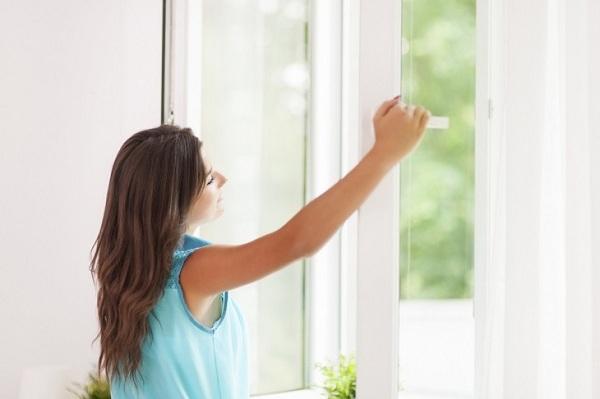 Một ý tưởng hay khác là bạn nên kéo rèm và rèm của bạn vào ban ngày để ngăn ánh nắng mặt trời làm nóng phòng của bạn. Cố gắng ở trong bóng râm nếu bạn đang ở ngoài trời.