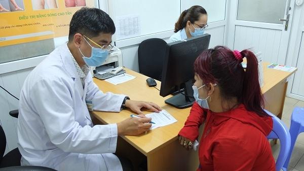 BS Nguyễn Văn Việt Thành - Bệnh viện Bình Dân đang tư vấn cho bệnh nhân